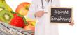 Arzt mit Schild - gesunde Ernährung