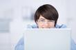 attraktive frau mit brille schaut auf laptop