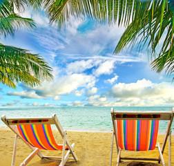 Karibik: Ruheliegen unter Palmen