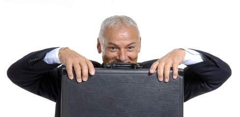 Hombre de negocios sujetando un maletín ejecutivo.