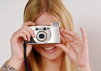 Mujer rubio tomando una foto,fotografiando.