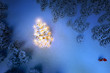 Leuchtender, geschmückter Weihnachtsbaum im verschneiten Wald 3D