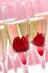 Sekt mit Hibiskusblüte