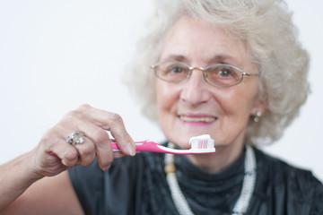 Seniorin mit Zahnbürste