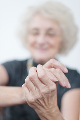 Seniorin mit Handcreme