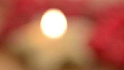 Weihnachten. Brenndene Kerze mit Schärfenverlagerung