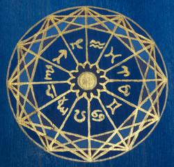 Astrologischer Kreis auf altem Holz aufgemalt