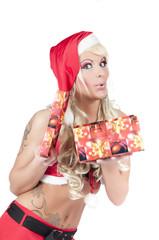 sexy frau als weihnachtsfrau mit high heels und geschenk