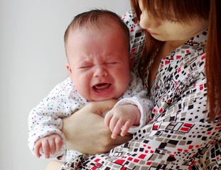 The baby cries on hands at mother (2,5 months)