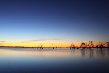 Abendhimmel nach Sonnenuntergang am See