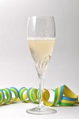 Sektglas mit Luftschlange