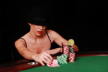 Frau mit Hut beim pokern