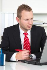 Mann im Büro mit Konzentrationsschwäche
