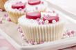 Vanille Cupcake mit rosa und weißen Perlen