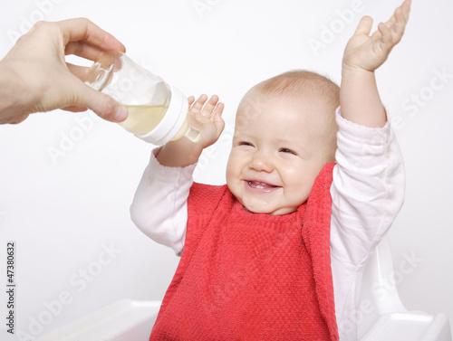 cieszące się niemowlę
