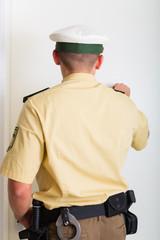 Polizist klopft bei Einsatz an Haustür