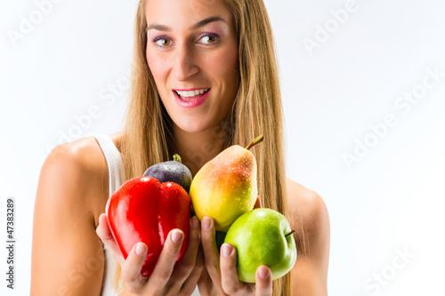 Gesunde Ernährung - Frau mit Obst und Gemüse