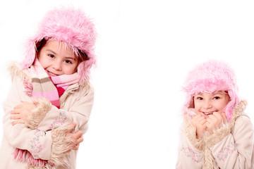 2 kleine Damen warm angezogen freigestellt