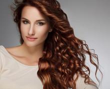Femme avec de beaux cheveux bouclés