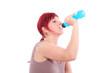 Frau trinkt nach dem Sport