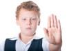 Мальчик показывает останавливающий жест