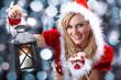 Hübsche Santa Frau mit Laterne und Schnee Glitzer