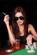 Brünette spielt Poker