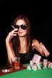 Frau mit Zigarette am Pokertisch