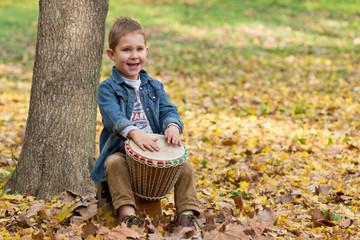 Enfant jouant du djembé