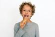 Kleiner Junge isst ein Eis