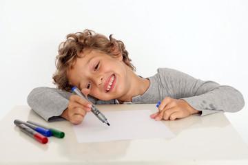 Kleiner Junge malt ein Bild