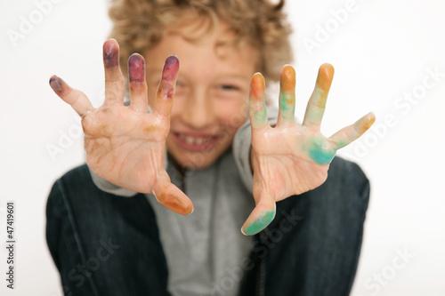 Junge mit bunten Händen
