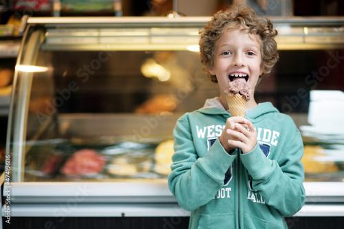 Kleiner Junge in der Eisdiele