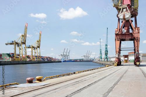 Hafenkai im Hamburger Hafen - 47424852