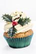 cupcake mit Schokoladen Streuseln und Weihnachtsdekoration