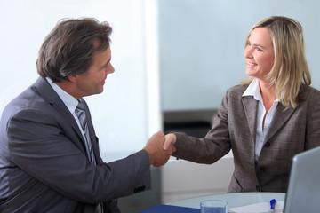 Zufriedene Geschäftspartner geben sich die Hand