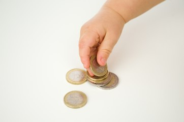 Kind nimmt Münze