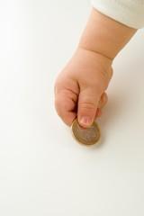 Kind hält eine Euro-Münze