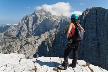 Giovane alpinista guarda il Jof di Montasio
