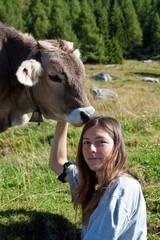 Giovane ragazza gioca con vitellino