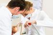 Patientin bei Zahnarzt - Behandlung mit Bohren