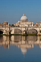Roma, la Basilica di San Pietro riflessa nel fiume Tevere