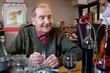 Personne âgée sous oxygène au restaurant (90s)