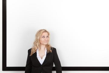 Geschäftsfrau vor weißem Hintergrund mit schwarzem Rahmen