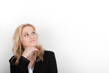 Geschäftsfrau nachdenklich vor weißem Hintergrund