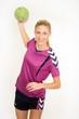 Sportliche Frau mit Handball