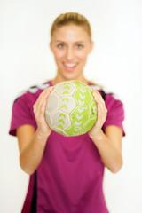 Frau mit Handball