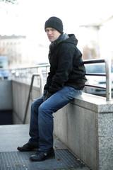 Cooler Typ sitzend