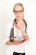 Ärztin mit Unterlagen