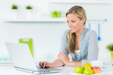 junge frau arbeitet entspannt am laptop